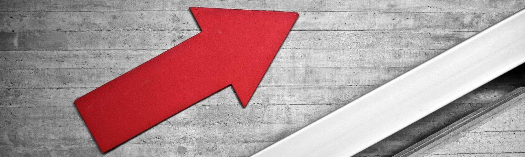 freccia rossa che rappresenta la crescita generata dalla consulenza web marketing